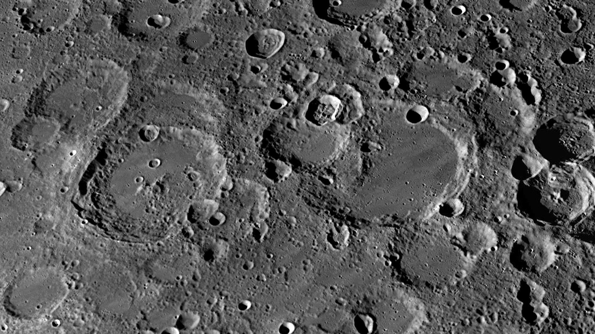 Фото поверхности луны крупным планом